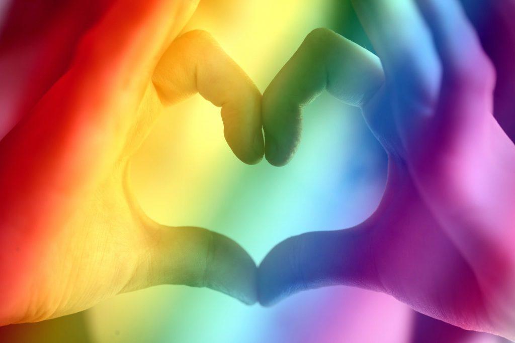 mani cuore arcobaleno