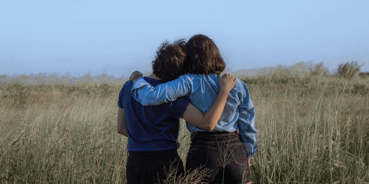 abbraccio tra donne di spalle