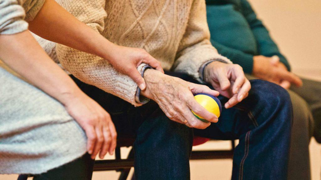 anziani che si tengono la mano
