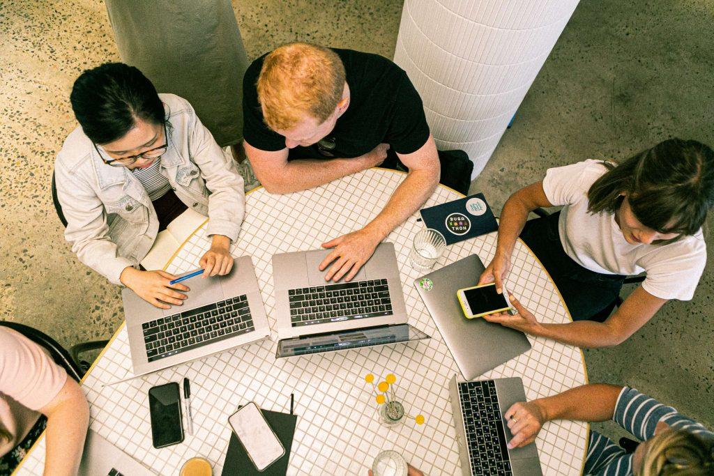 persone a lavoro con computer